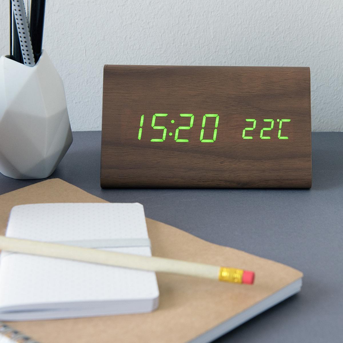 kwmobile wecker holz uhr temperatur gro braun mit gr n ger uschaktivierung ebay. Black Bedroom Furniture Sets. Home Design Ideas